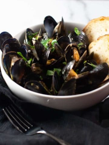 A view of the fully cooked mussels from the side